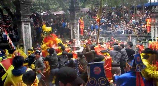 Cảnh cướp lộc ở lễ hội đền GióngẢnh: Nguyễn Hưởng