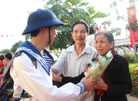 Tân binh tạm biệt gia đình lên đường nhập ngũ
