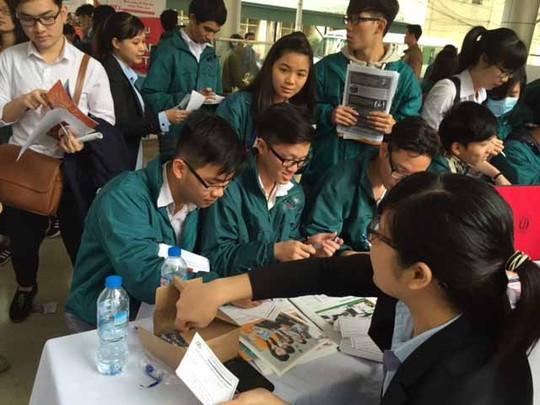 Học sinh Trường THPT Nguyễn Tất Thành chọn ngành học trước kỳ thi THPT quốc giaẢnh: YẾN ANH