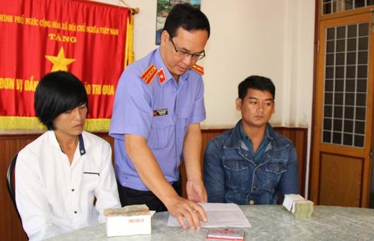 Hai trong số 7 thanh niên bị oan sai ở Sóc Trăng làm thủ tục nhận tiền bồi thườngẢnh: PHẠM CÔNG