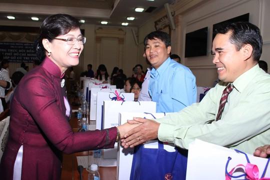 Chủ tịch HĐND TP HCM Nguyễn Thị Quyết Tâm tặng quà cho các cử tri 40 tuổi tại buổi gặp mặtẢnh: HOÀNG TRIỀU