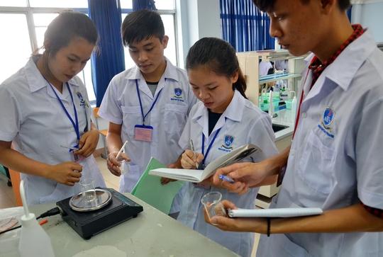 Sinh viên Trường ĐH Nguyễn Tất Thành (TP HCM) trong giờ thực hànhẢnh: TẤN THẠNH