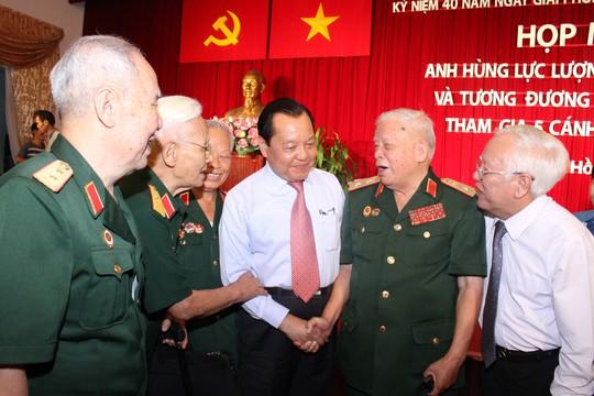 Bí thư Thành ủy Lê Thanh Hải và Chủ tịch UBND TP HCM Lê Hoàng Quân trao đổi cùng các nhân chứng lịch sửẢnh: Hoàng Triều