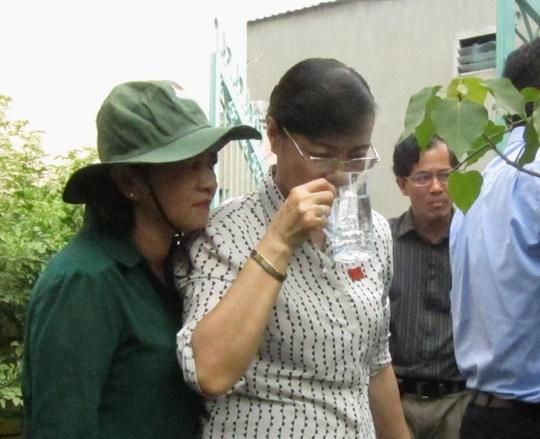 Chủ tịch HĐND TP HCM Nguyễn Thị Quyết Tâm trực tiếp uống nước từ giếng khoan trong buổi giám sát nước sạch tại phường Bình Chiểu, quận Thủ Đức Ảnh: GIA MINH