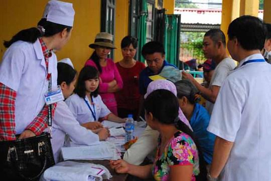 Đoàn công tác của Bộ Y tế khám cho trẻ em và người dân ở làng nghề Đông MaiẢnh: Nguyễn Hồng