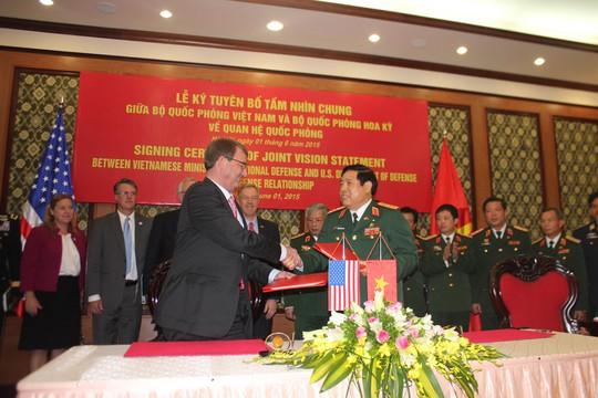 Bộ trưởng Phùng Quang Thanh và Bộ trưởng Ashton Carter ký, trao Tuyên bố Tầm nhìn chung về quan hệ quốc phòng