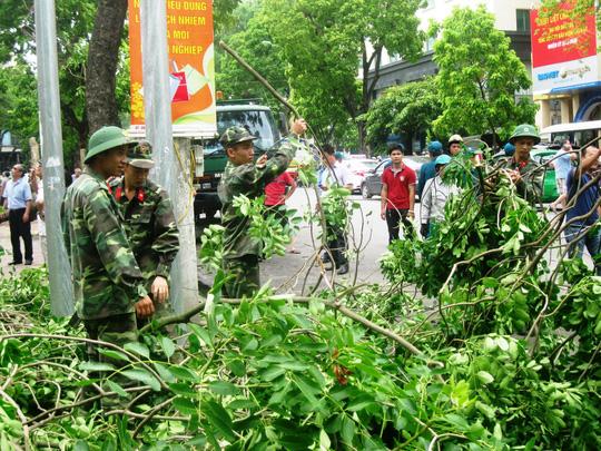 Các lực lượng được huy động tối đa để hỗ trợ khắc phục sự cố sau giông lốc tại Hà Nội Ảnh: NGUYỄN Hưởng