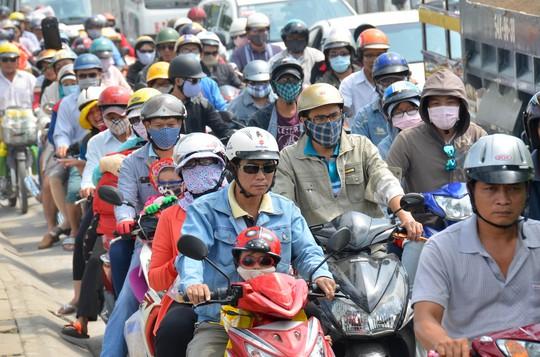 Người dân nhiều địa phương không đồng tình với việc thu phí sử dụng đường bộ đối với xe máy Ảnh: tấn Thạnh