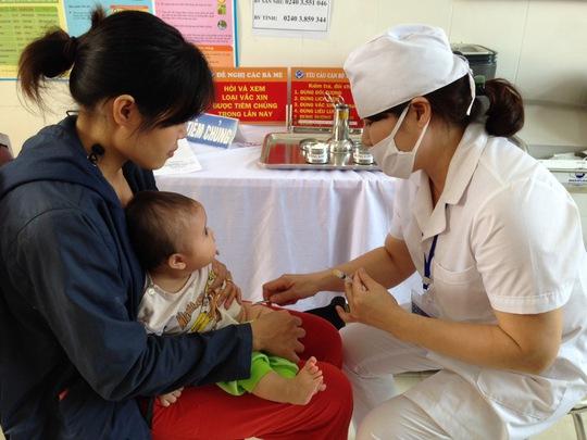 Tiêm chủng cho trẻ tại một trạm y tế ở xã Song Mai, TP Bắc Giang, tỉnh Bắc Giang