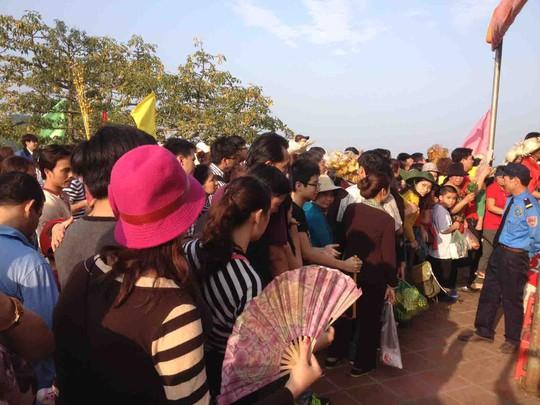 Du khách xếp hàng mua vé cáp treo vào chùa HươngẢnh: MẠNH DUY