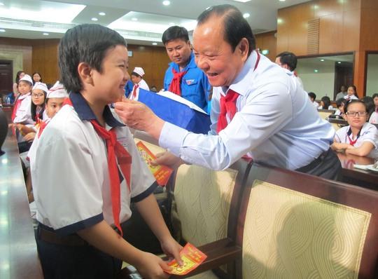 Ông Lê Thanh Hải - Ủy viên Bộ Chính trị, Bí thư Thành ủy TP HCM - thăm hỏi và lì xì cho các em thiếu nhi trong buổi gặp gỡ