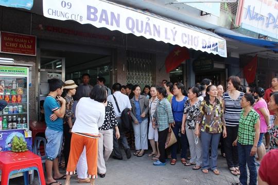 Người dân kéo đến Ban Quản lý chợ Đầm phản đối việc phá bỏ chợ