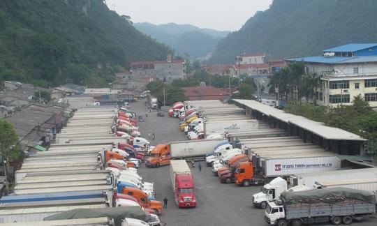 Xe chở nông sản ùn ứ tài cửa khẩu Tân Thanh (tỉnh Lạng Sơn) Ảnh: Văn Duẩn