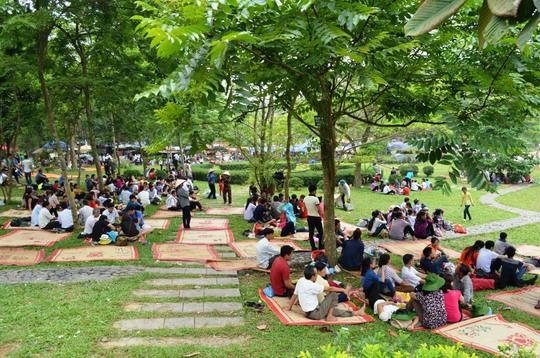 Rất đông người đổ về Khu Di tích Đền Hùng trong ngày 27-4