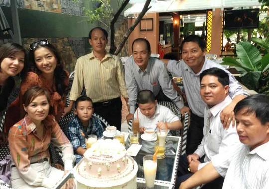 Anh Lê Ngọc Bình và Lê Thành Nam Giải Phóng (thứ 2 và 3, từ phải sang) cùng những người bạn sinh ngày 30-4 tổ chức sinh nhật chung. (Ảnh do anh Lê Thành Nam Giải Phóng cung cấp)