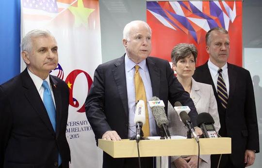 Các TNS Mỹ Jack Reed, John McCain, Joni Ernst và Dan Sullivan tại buổi họp báo (từ trái qua phải) Ảnh: Hoàng Triều