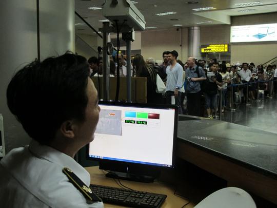Kiểm tra thân nhiệt cho hành khách tại sân bay quốc tế Nội Bài (Hà Nội)