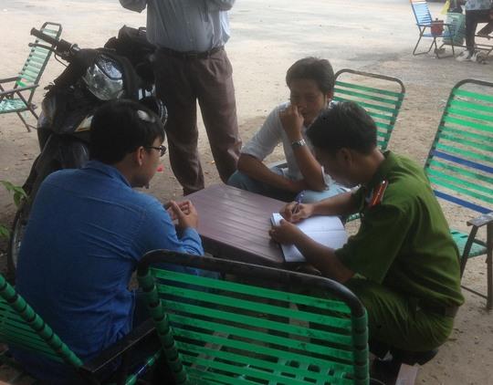 Công an quận 9, TP HCM mời 2 phóng viên bị hành hung đến khu vực cầu Tăng Long để dựng lại hiện trườngẢnh: Gia Minh