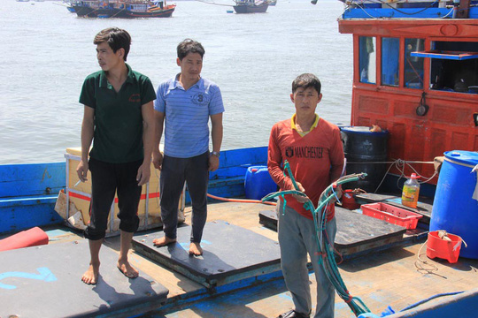 Một trong những tàu cá cùng ngư dân của tỉnh Quảng Ngãi bị tàu Trung Quốc tấn công khi hoạt động tại vùng biển Hoàng Sa Ảnh: Văn Mịnh