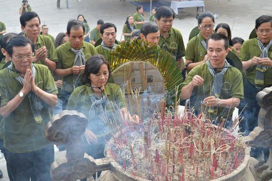 Trưởng Ban Tuyên giáo Thành ủy TP HCM - bà Thân Thị Thư - cùng đoàn dâng hương tại Nghĩa trang Trường Sơn Ảnh:  CAO NGUYÊN