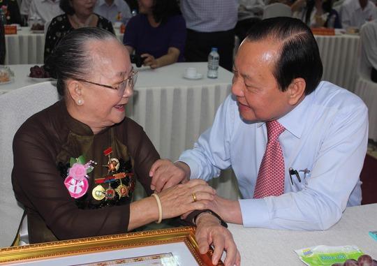 Bí thư Thành ủy TP Lê Thanh Hải thăm hỏi Mẹ Việt Nam Anh hùng Nguyễn Thị Hữu Tài (ngụ phường 6, quận 4)Ảnh: PHAN ANH