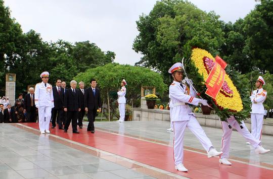 Đoàn đại biểu lãnh đạo Đảng, nhà nước đặt vòng hoa tại Đài Tưởng niệm các anh hùng liệt sĩ Ảnh: TTXVN