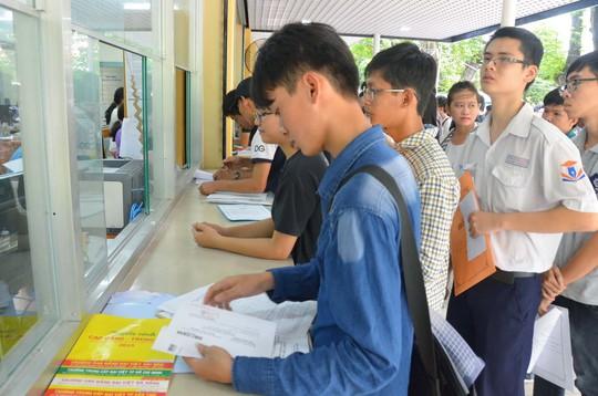 Thí sinh tại TP HCM nộp hồ sơ xét tuyển sáng 3-8Ảnh: Tấn Thạnh