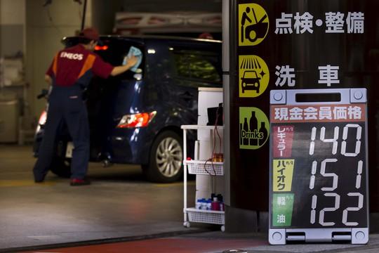 Hôm 24-8, giá dầu thế giới xuống thấp nhất trong hơn 6 năm qua sau khi thị trường chứng khoán Trung Quốc tuột dốc.  Trong ảnh: Bảng giá nhiên liệu tại một cây xăng ở Tokyo - Nhật Bản Ảnh: Reuters