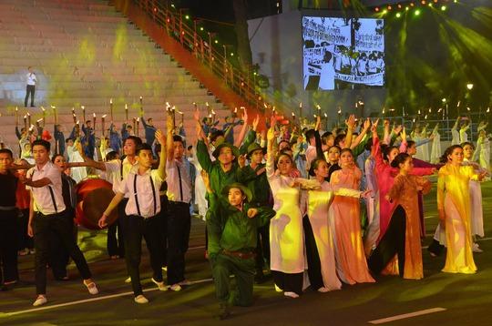 Một tiết mục ca ngợi tinh thần đấu tranh quật khởi của nhân dân Việt Nam anh hùng trong chương trình nghệ thuật sân khấu hóa vào đêm 30-4 tại TP HCM chào mừng lễ kỷ niệm 40 năm năm ngày giải phóng miền Nam, thống nhất đất nướcẢnh: TẤN THẠNH