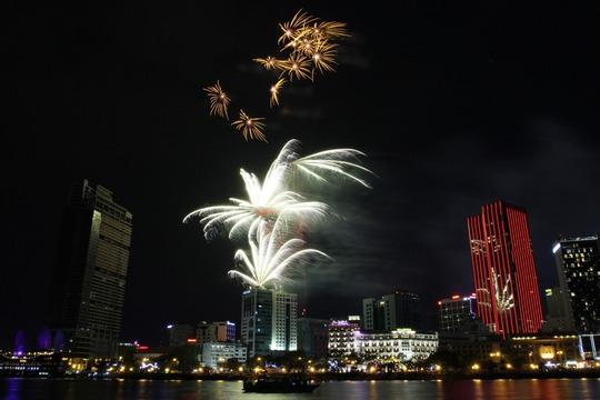 Bắn pháo hoa nghệ thuật chào mừng lễ 30-4 ở trung tâm TP HCMẢnh: HOÀNG TRIỀU