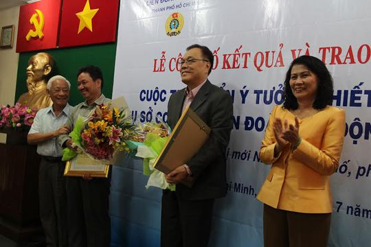 Bà Nguyễn Thị Thu, Chủ tịch LĐLĐ TP HCM, trao bằng khen cho 2 đơn vị đồng giải nhì