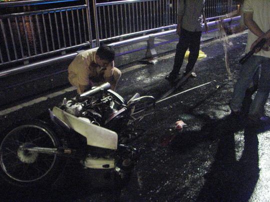 Chiếc xe máy bị tông vỡ vụn phần đuôi nằm trên cầu Thuận Phước