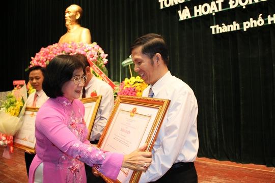 bà Nguyễn Thị Thu Hà, Ủy viên Trung ương Đảng, Phó Bí thư Thành ủy, trao Huân chương lao động hạng 3 cho ông Phạm Văn Hoa, Phó Chủ tịch LĐLĐ quận Bình Thạnh Ảnh: HOÀNG TRIỀU