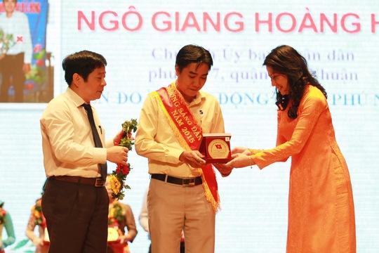 Bà Nguyễn Thị Thu, Chủ tịch LĐLĐ TP và ông Nguyễn Văn Đông, Trưởng Ban Tuyên giáo Tổng LĐLĐ Việt Nam, tặng hoa và biểu trưng cho các đảng viên tiêu biểu  Ảnh: HOÀNG TRIỀU