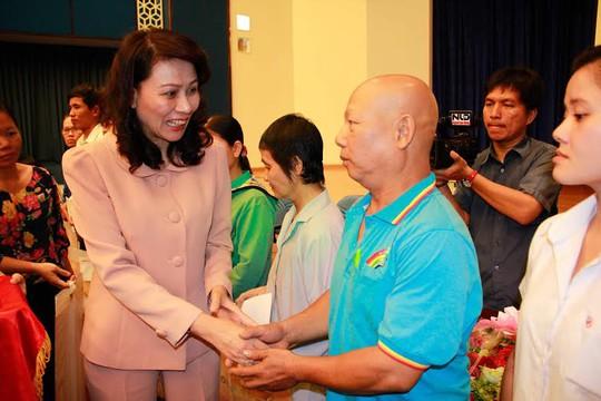 Bà Nguyễn Thị Thu, Chủ tịch LĐLĐ TP, tặng quà cho công nhân khó khăn tại buổi họp mặt
