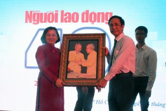 Bà Thân Thị Thư, Trưởng Ban Tuyên giáo Thành ủy, tặng quà lưu niệm cho o6ngt Đỗ Danh Phương, Tổng Biên tập Báo Người Lao Động