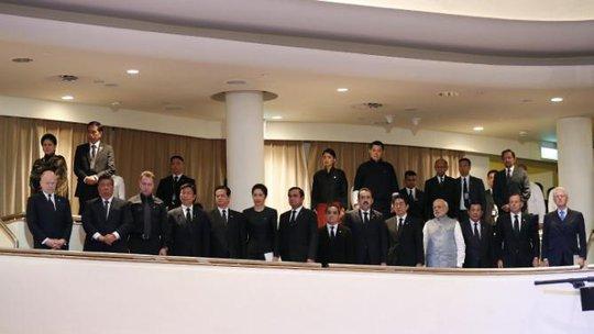 Thủ tướng Nguyễn Tấn Dũng (thứ 5 từ trái qua, hàng đầu) cùng các nhà lãnh đạo thế giới dự lễ tang Ngài Lý Quang Diệu - Ảnh: AP