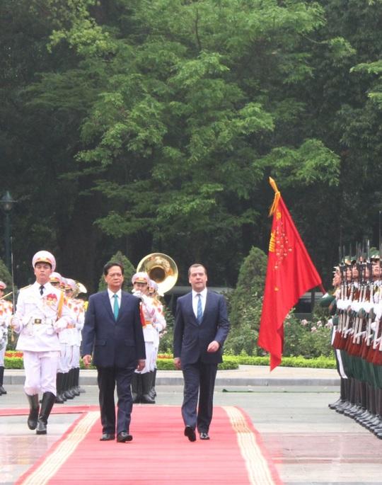Thủ tướng Nguyễn Tấn Dũng thân tình đón Thủ tướng Nga Medvedev