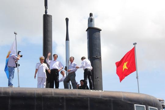 Thủ tướng Nguyễn Tấn Dũng trên đài chỉ huy tàu ngầm Kilo 636 HQ-183 TP Hồ Chí Minh tại quân cảng Cam Ranh