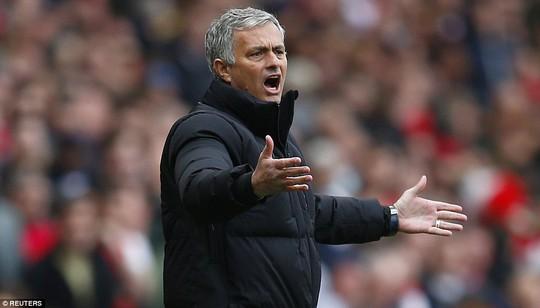 HLV Mourinho bất bình trước quyết định của trọng tài