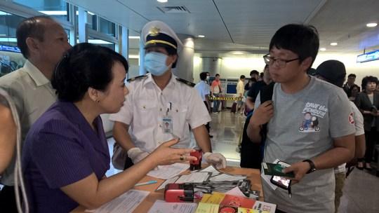 Bộ trưởng trực tiếp trao đổi với một hành khách vừa nhập cảnh từ Hàn Quốc.
