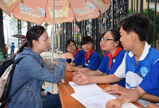 Sinh viên tình nguyện tư vấn cho thí sinh ở cụm thi ĐH Sài Gòn, TP HCM