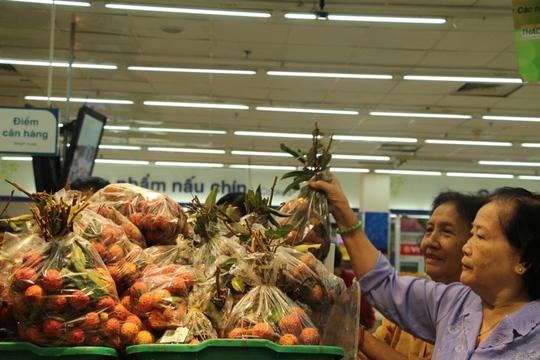 Khách hàng chọn mua trái vải tại Co.opmart Đinh Tiên Hoàng (TP HCM)