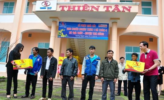 Đại diện Báo Người Lao Động cùng Công ty CP Đầu tư xây dựng Thiên Tân  trao quà Tết cho người dân xã Trà Thủy