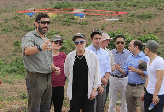 Bà Rose Gottemoeller (thứ 3 từ trái qua) xem xét việc rà phá bom, mìn tại  tỉnh Quảng Trị