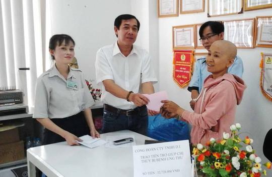 Đại diện Công đoàn Công ty TNHH D.I trao tiền hỗ trợ cho chị Thủy (bìa phải)
