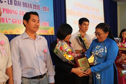 Bà Nguyễn Thị Bích Thủy, Phó Chủ tịch LĐLĐ TP HCM, tặng hoa cho các tập thể tiêu biểu