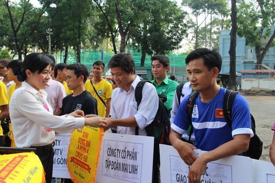 Bà Nguyễn Trần Phượng Trân, Phó Chủ tịch LĐLĐ TP HCM, trao cờ lưu niệm cho các đội bóng