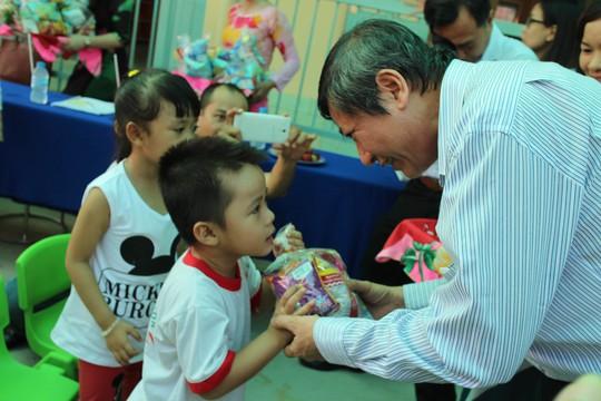 Ông Trần Thanh Hải, Phó Chủ tịch Thường trực Tổng LĐLĐ Việt Nam, trao quà cho các cháu ở Trường Mầm non Hoa Sen