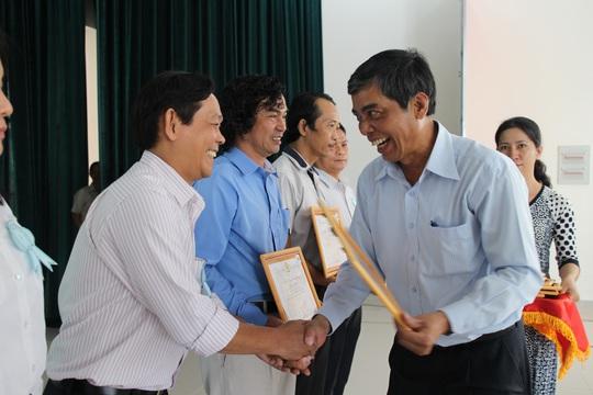 Ông Nguyễn Văn Khải, Phó Chủ tịch Thường trực LĐLĐ TP HCM, tặng giấy khen cho các cá nhân điển hình